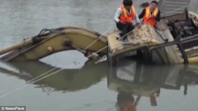 china excavator machine float row boat cross river sink