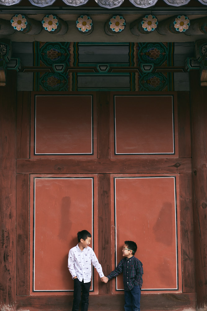 Two brothers at the palace - Seoul Family Photographer