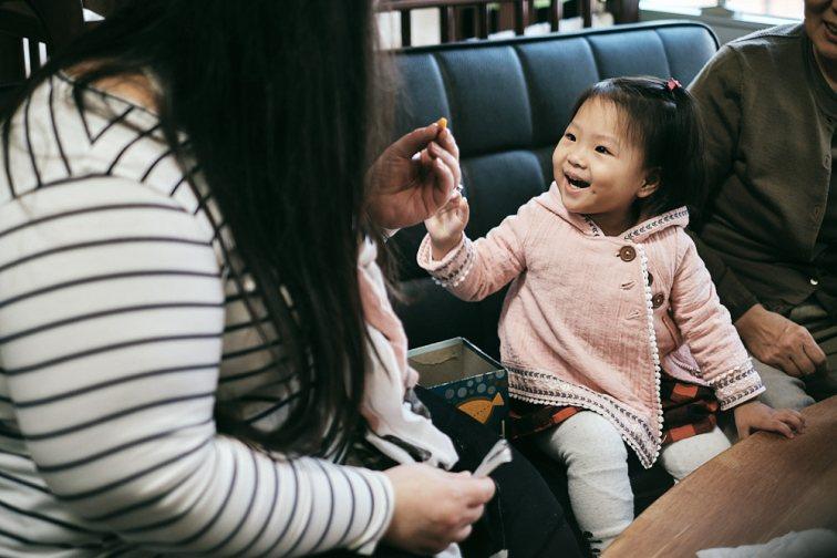 Adoption Custody Photography - Bonding with snacks