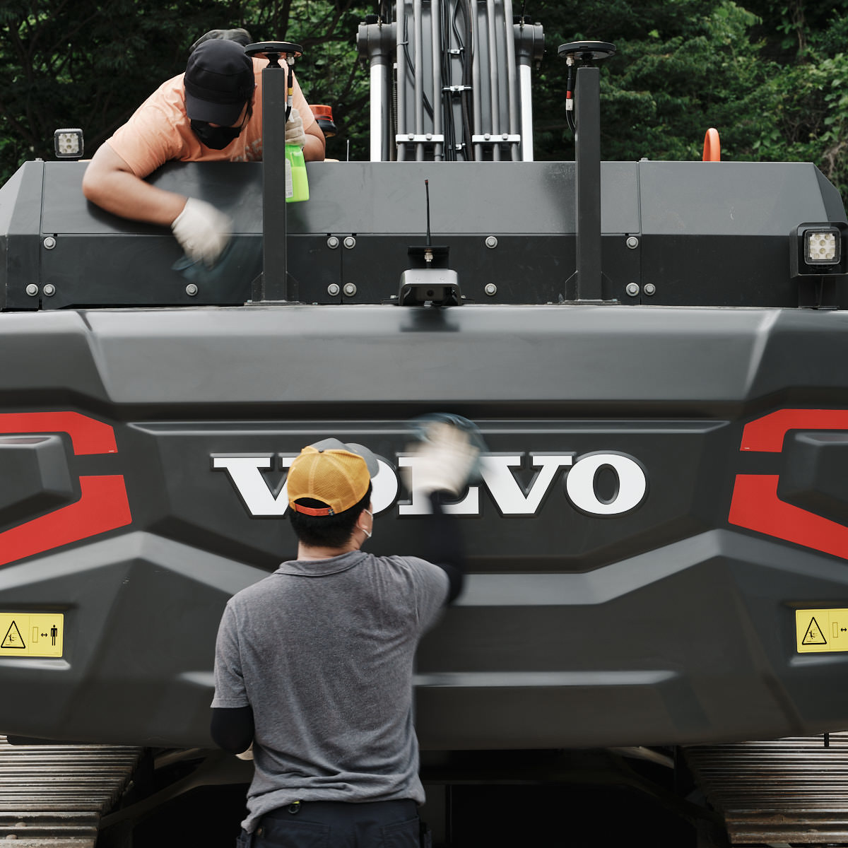 How to clean a volvo excavator