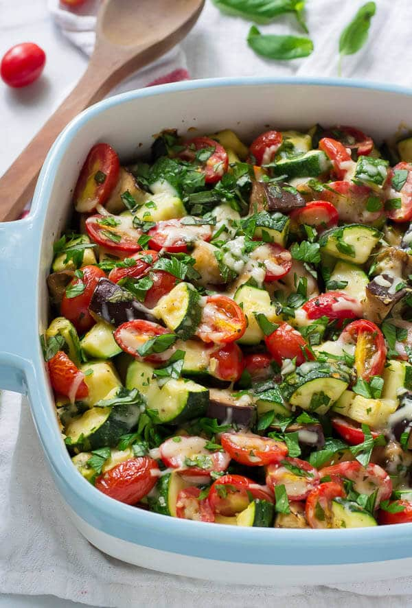 Garlic Parmesan Tomato Zucchini Bake. A simple, beautiful summer side dish. Just ONE bowl! Healthy, low carb, gluten free, and perfect for extra summer veggies. Recipe at wellplated.com | @wellplated