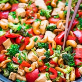 Skinny Honey Thai Cashew Chicken. Ready in 20 minutes! Juicy chicken, crisp veggies, and the best sweet and savory sauce. Easy, healthy recipe perfect for busy weeknights. Recipe at wellplated.com | @wellplated