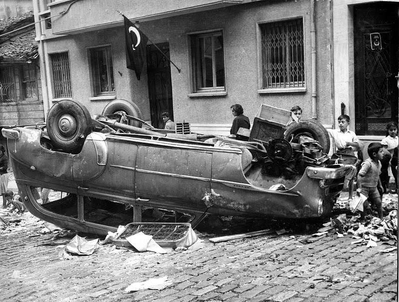 İstanbul Pogrom Damaged Car