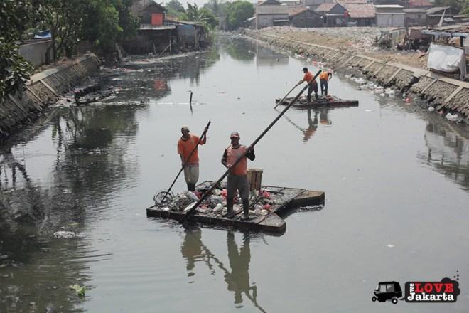 Tasha May_welovejakarta_We Love Jakarta_Rachel House_Kalibaru North Jakarta_clearing rubbish from the river in Kalibaru Jakarta, Indonesia