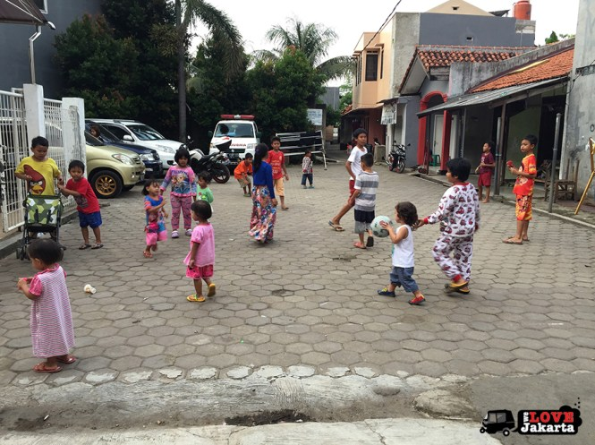 We Love Jakarta_tasha may_treen may_kids playing in the kampung in jakarta, indonesia