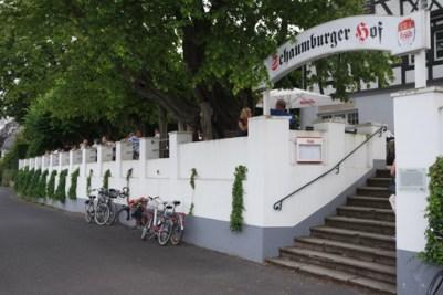 Mit einem großen Schild begrüßt der Schaumburger Hof einkehrende Radfahrer