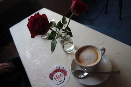 Ebenfalls sehr schön: Die Rose aus dem Frida-Logo findet sich immer wieder im Lokal, u.a. auf den Tischen