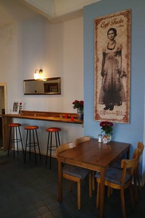 Frida grüßt, während ihr neben den Tischen auch an Sideboards oder auf der Fensterbank sitzen könnt.