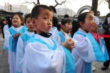 Untergrund - oder Staatskirche: Katholische Kinder vor der ältesten Kathedrale in Peking