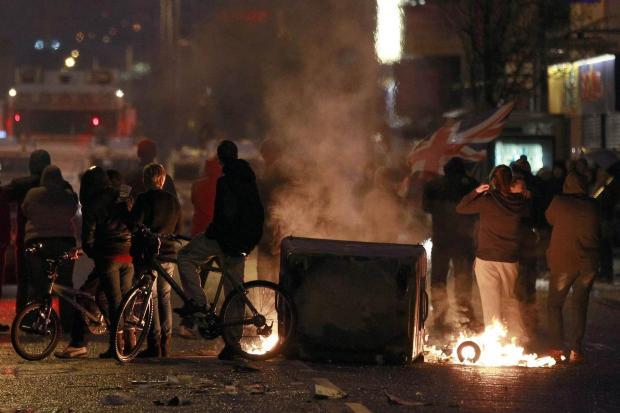 <br /> Im Osten Belfasts: Pro-britische Demonstranten stehen der Polizei gegenüber. Bei Ausschreitungen gab es mehreres Verletzte<br />