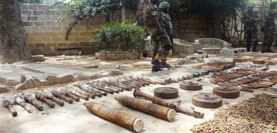 Ein nigerianischer Soldat bewacht den Waffenfund