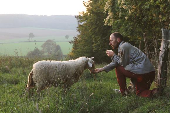 Aussteiger Gottfried mit einem seiner Schafe