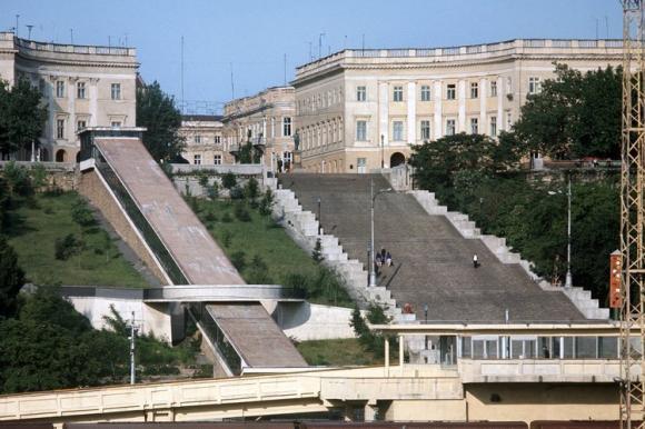 Die Potemkin-Treppe in Odessa verbindet Altstadt und Hafen der ukrainischen Stadt miteinander. Die 142 Meter lange Treppe ist perspektivisch gebaut: Dadurch dass sie unten viel breiter ist als oben, sieht sie – von oben betrachtet – auf der gesamten Länge gleich breit aus. Von unten betrachtet wirkt sie durch die perspektivische Bauweise hingegen wesentlich länger.