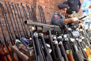 <br /> Waffenschmuggel in Krisenländer ist ein wachsendes Problem. Hier sind pakistanische Polizisten nach der Aushebung eines Verstecks mit Gewehren zu sehen<br />