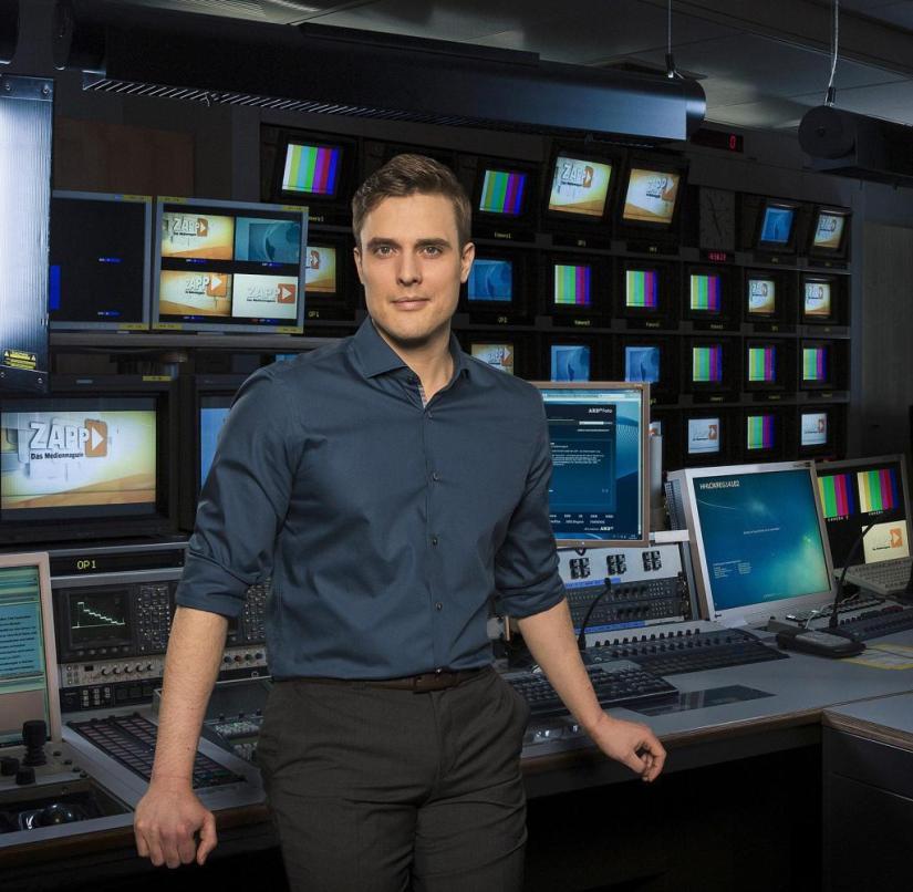 "Also moderates the NDR media magazine ""Zapp"": Constantin Schreiber"