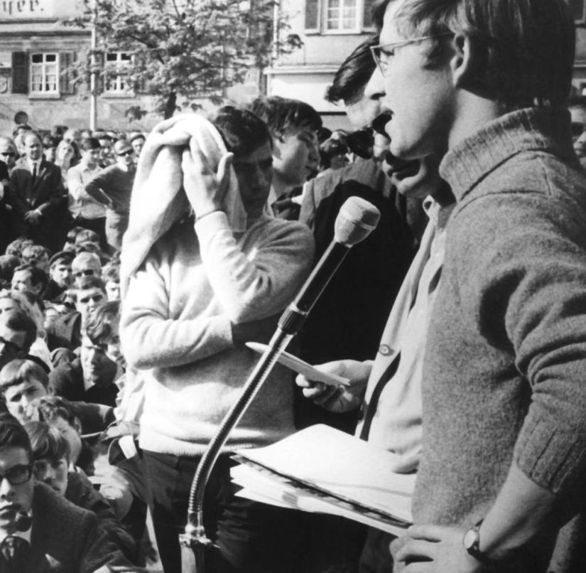 Der SDS-Vorsitzende Frank Wolff (r) spricht im April 1968 zu den Teilnehmern des