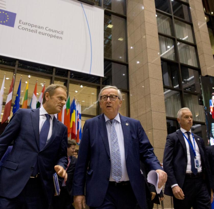 Donald Tusk (p.) Y Jean-Claude Juncker el jueves por la noche en Bruselas