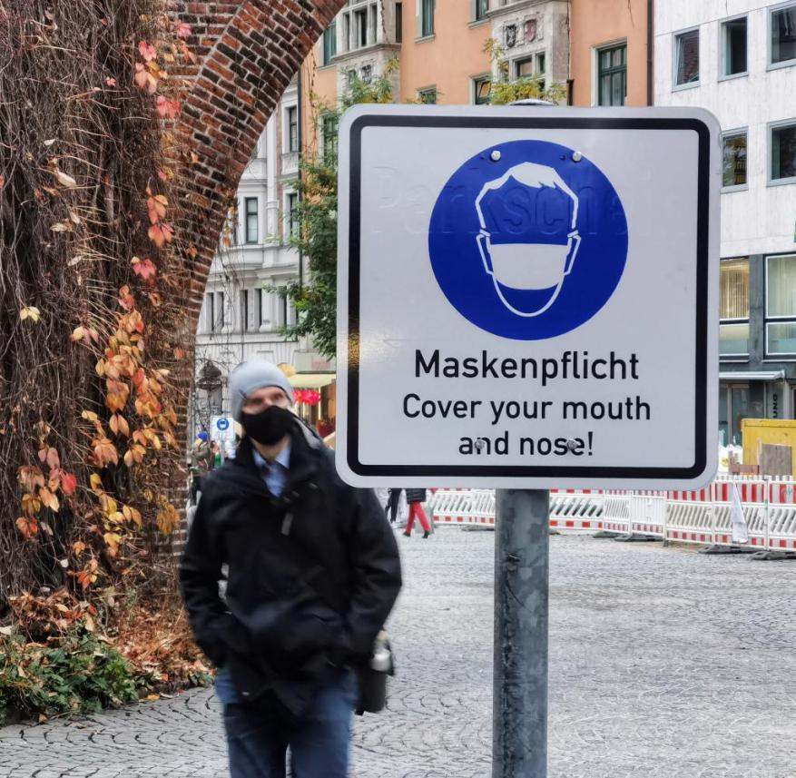 November 10, 2020, Munich, Bavaria, Germany: Scenes of the mask requirement signs around thr Munich Innenstadt (inner city). The innenstadt is where shoppers and tourists from around Munich, Germany, and the world convene and due to this and often crowding conditions, masks and distancing requirements are in place. Despite the rules and police checks, large amounts of people do not wear masks, also simultaneously not distancing. Often seen at Stachus are up to 100% unmasked with many joking to simply walk a few meters awsy from police to avoid a stop and ticket. (Credit Image: © Sachelle Babbar/ZUMA Wire |