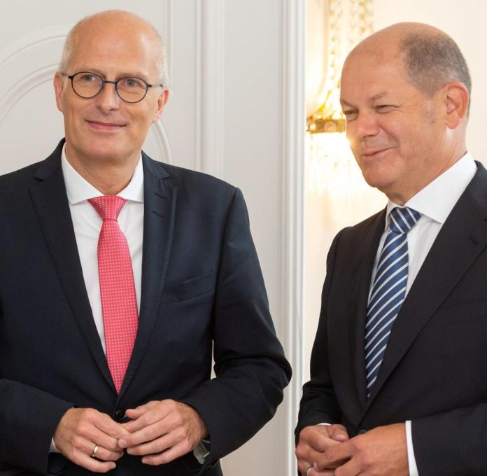 Peter Tschentscher (l) and Olaf Scholz on the finance ministers who met in Hamburg in August 2018