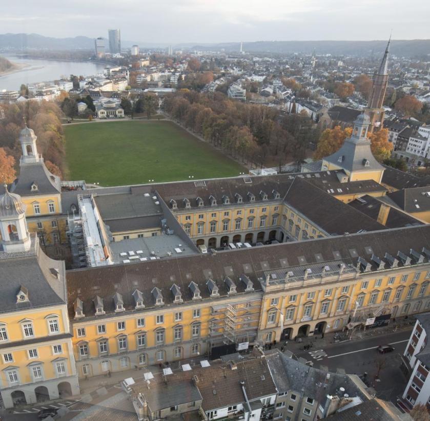 La universidad de Bonn con el Hofgarten am Rhein