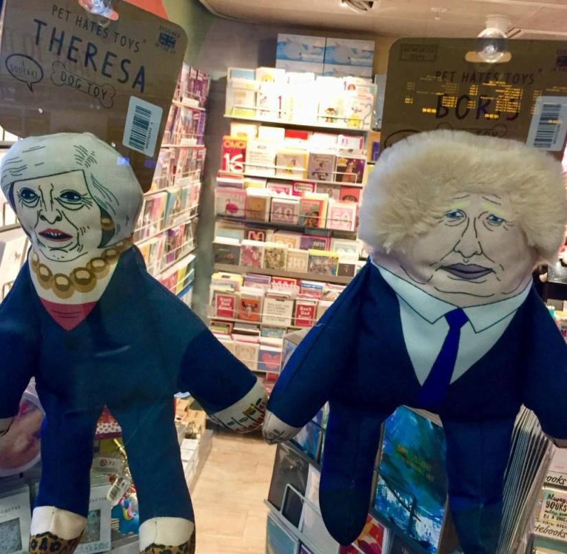 England: Ex-Prime Minister Theresa May and her successor Boris Johnson as dog dolls