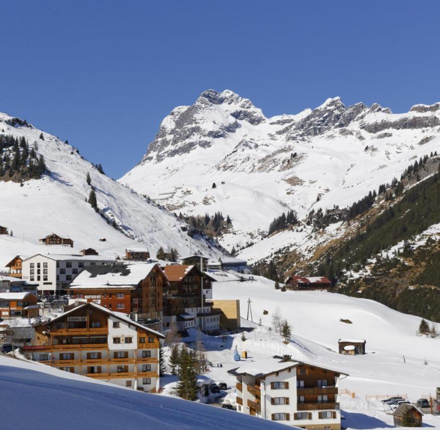 Ansicht von Warth und von Widderstein Berg in Vorarlberg, Österreich