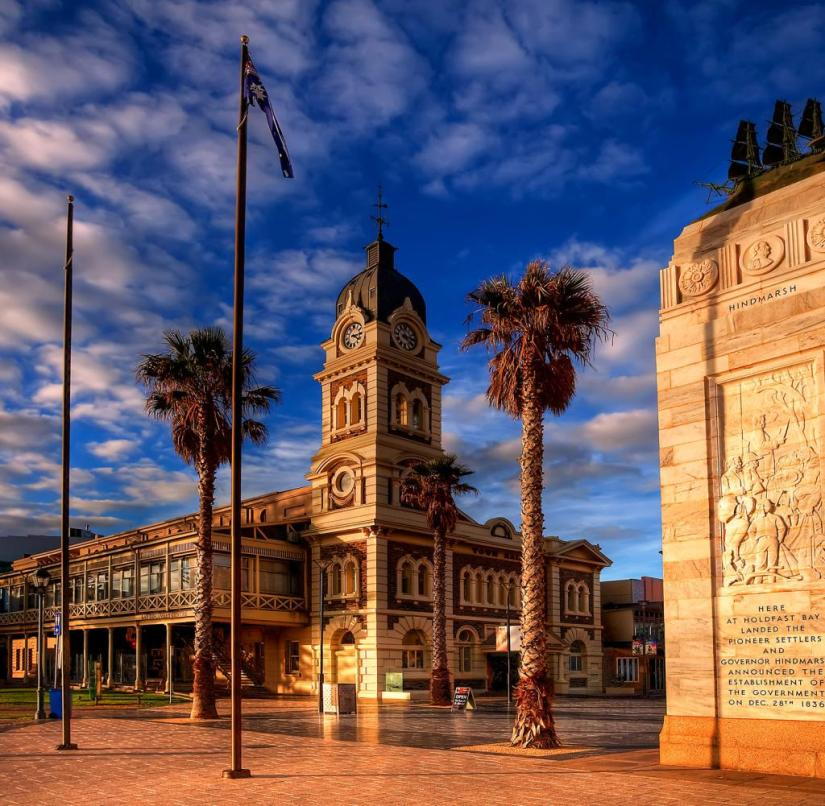 Adelaide (Australia): Opposite the town hall, an obelisk commemorates the landing of the first settlers in South Australia