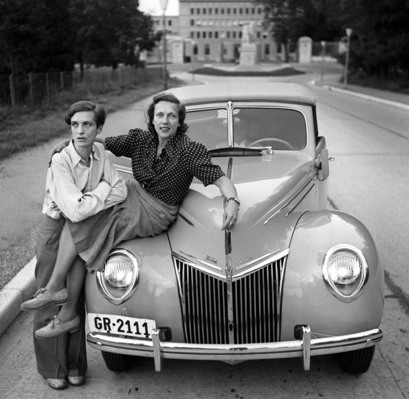 Annemarie Schwarzenbach (left) and her friend Ella Maillart pose in May 1939 in Switzerland next to their Ford, with which they want to travel to Afghanistan