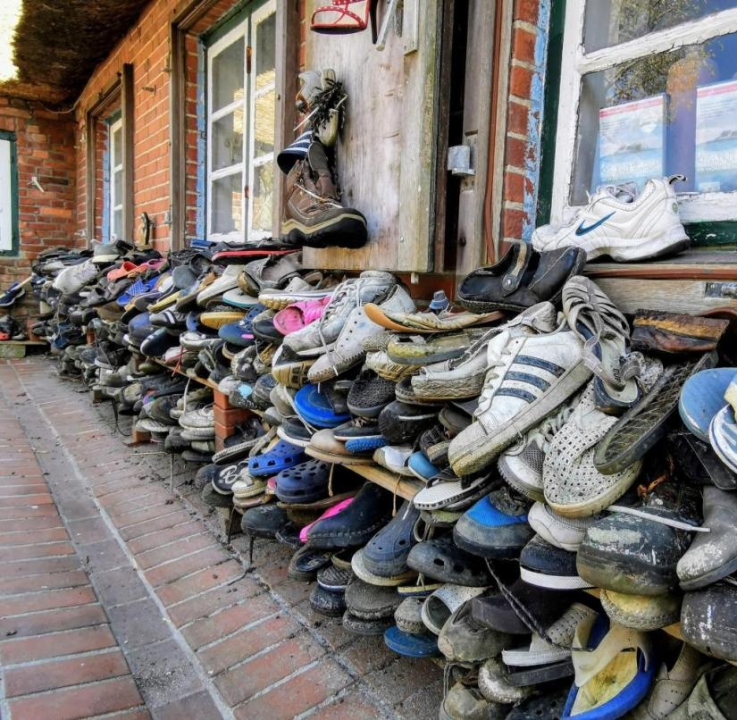 Werner Boyens runs a small gallery on Hallig Hooge, where you can admire his shoe collection