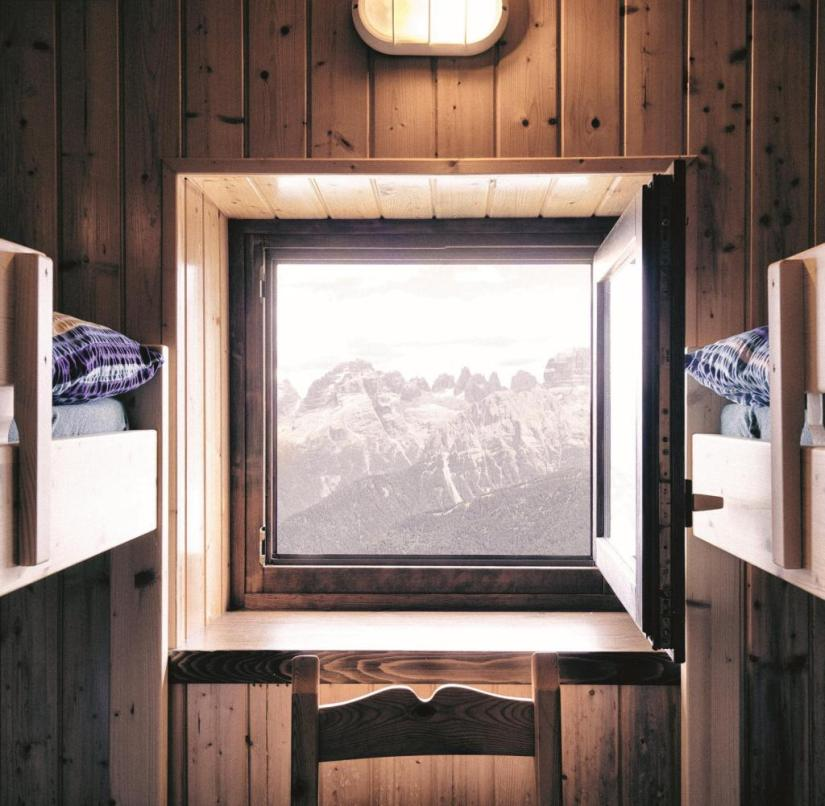 """In his book """"Mountain, the Alps in 18 Terms"""", Uli Wiesmeier offers perfect picture compositions such as this hut with a mountain view."""
