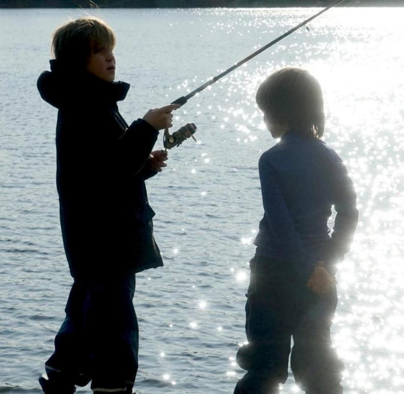 Fishing on Molchowsee in Ruppiner Switzerland (Brandenburg): The children hope for the big catch