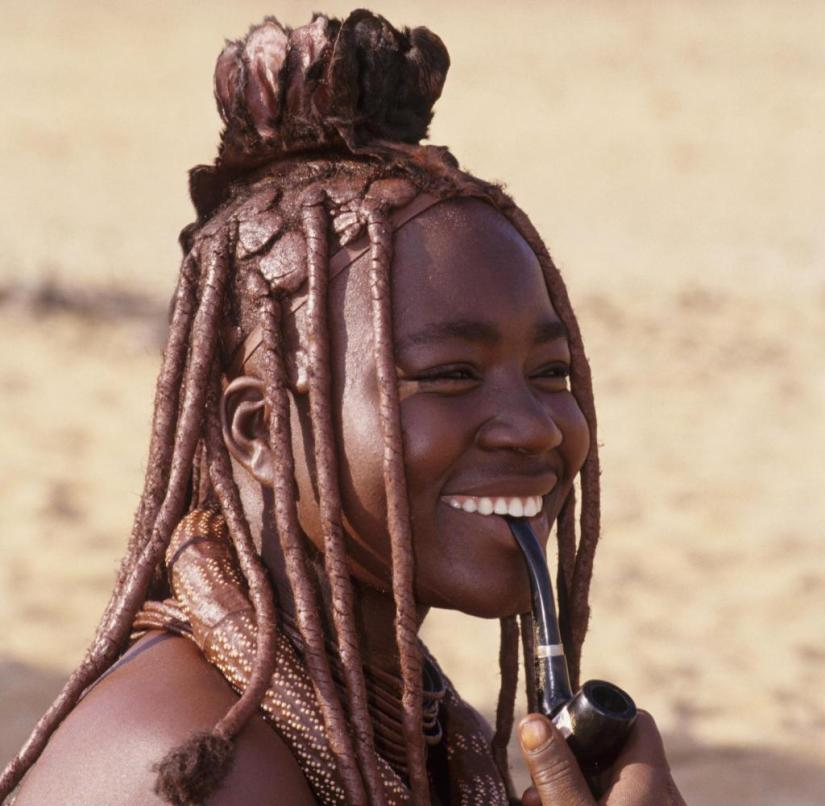 Namibia: Himba women and men like to smoke pipes