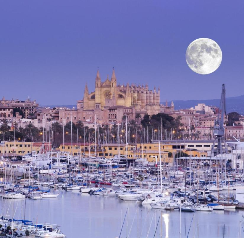 Full moon over the Gothic cathedral in central Palma, Mallorca