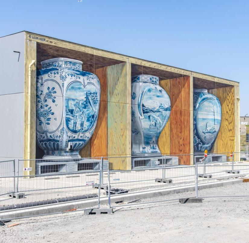 Ostend (Belgium): House-high vases made of Delftware appear to be on a shelf. The artist Leon Keer calls his mural