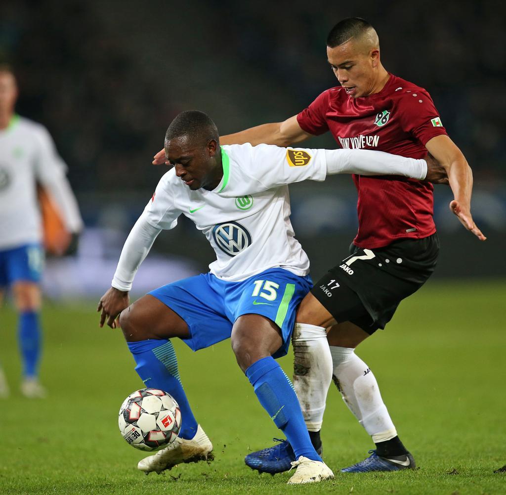 Jerome Roussillon von VfL Wolfsburg y Bobby Wood de Hannover 96 im Zweikampf