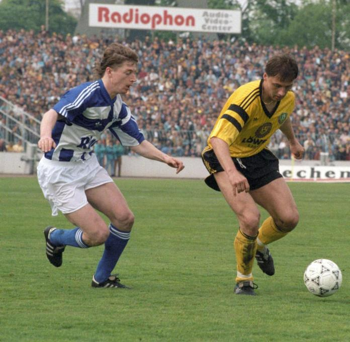 On May 2, 1992, the 35th matchday of the 1991/1992 season, Dynamo Dresden and FC Schalke 04 face each other.  The game ended 2-1 for Dynamo Dresden.  Schalke's Steffen Freund (l) in a game scene with Andreas Wagenhaus from Dresden.  |  Usage worldwide