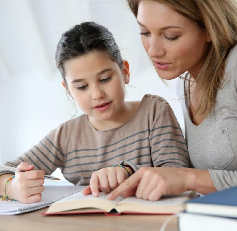 mom helps child with homework [ Rechtehinweis: picture alliance / PantherMed