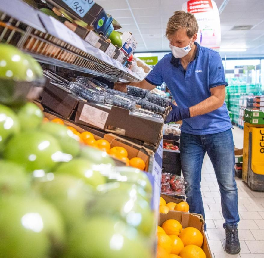 April 30, 2020, Bavaria, Brunnthal: Kevin Krawietz, professional tennis player, is putting fruit on a shelf in a Lidl discounter.  The French Open winner started in a 450 job due to the tournament failures due to Corona.  Photo: Lino Mirgeler / dpa +++ dpa-Bildfunk +++
