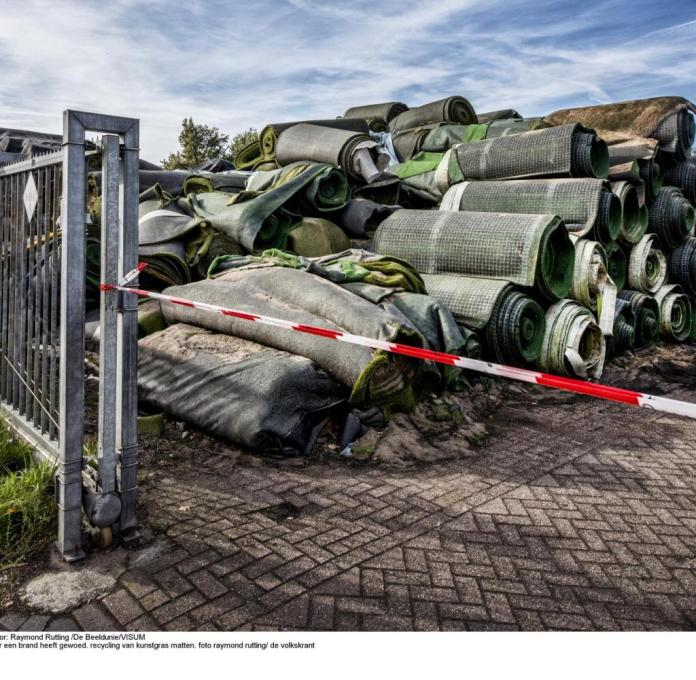 ++ honorarpflichtig ++ 15 € fürzusätzliche Onlinenutzung Dongen-TuF recycling Dongen where a fire has raged.  recycling of synthetic turf mats.  photo raymond rutting / de Volkskrant