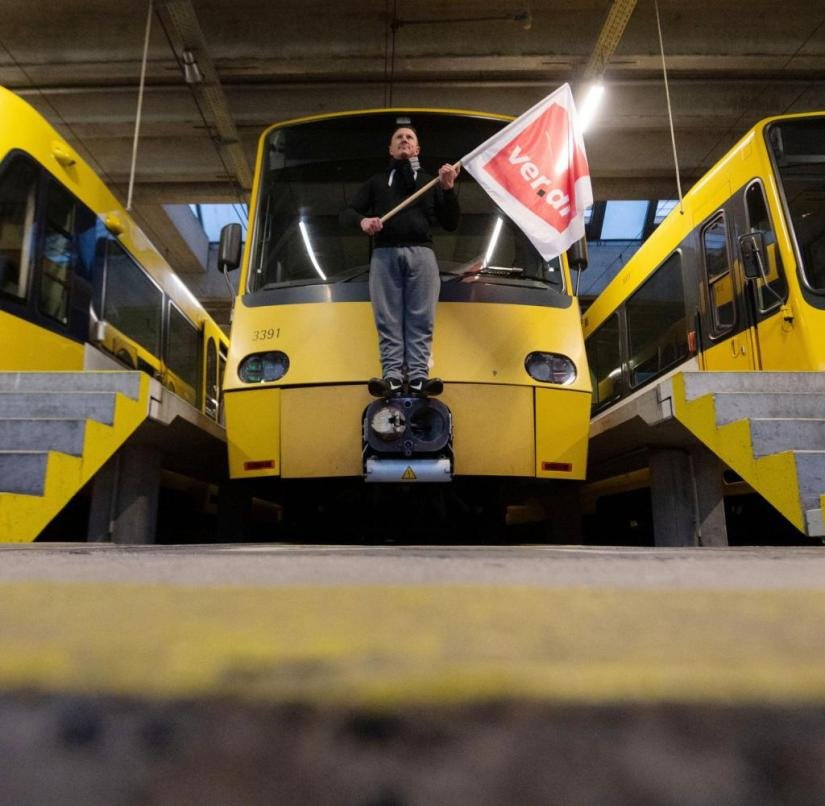 In the depot: An employee of the Stuttgarter Straßenbahnen AG stands on a light rail during the warning strike