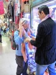die passende Kopfbedeckung für den Iran wird gesucht