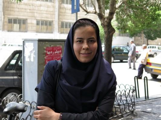 Tabriz: Sie sprach uns an und half uns. Schrieb den Satz auf farsi