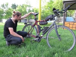 glücklicher Hank mit repariertem Rad