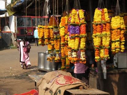 überall werden Autos, Roller, Häuser mit den Blumenketten geschmückt