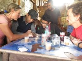 Gespräch mit zwei Lehrern in Manipur