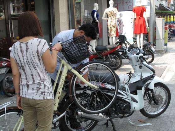 Erst ans Moped anbinden...