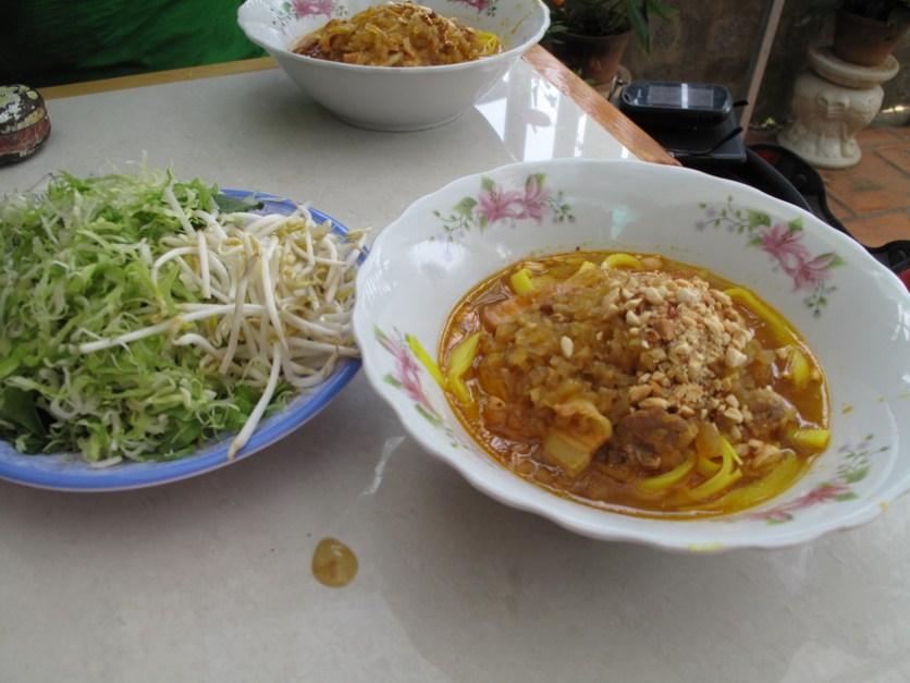 Vietnamesiische Nudelsuppe mit frischen Kräutern
