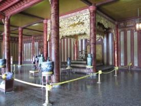 2x im Monat zeremonielles Sitzen auf dem Königsstuhl - schweigend ohne eine Miene zu verziehen