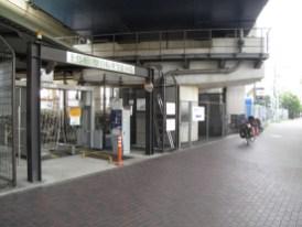 Am Bahnhof mit Schranke und Ticket ziehen