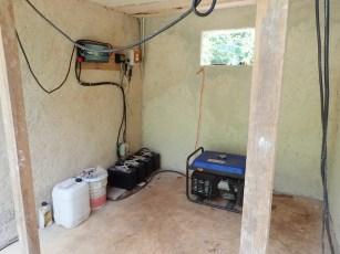 Autobatterien zum Speichern der Solarenergie. Der Generator hat eigentlich ausgedient.